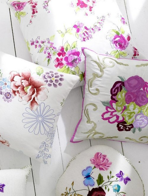 feminine-flower-patterned-pillow